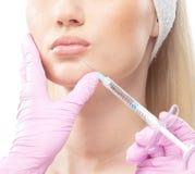 一名妇女的纵向botox射入程序的 免版税库存图片