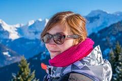 一名妇女的美丽的画象Samoens的1600m 免版税图库摄影