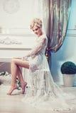 一名妇女的美丽的画象有金发的有晚上构成的 免版税库存照片