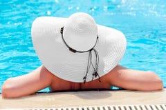 一名妇女的背面图到游泳池里 免版税库存照片