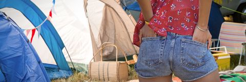 一名妇女的背面图的综合图象用在口袋的手 库存图片