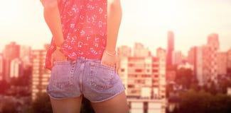 一名妇女的背面图的综合图象用在口袋的手 免版税库存图片