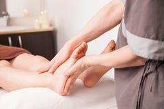 一名妇女的脚按摩豪华温泉的 免版税库存图片