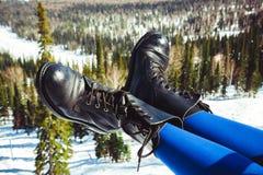 一名妇女的腿鞋子的 免版税库存照片