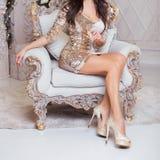 一名妇女的苗条腿豪华圣诞节内部的 免版税库存照片
