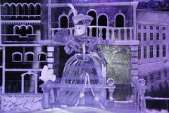 一名妇女的雕塑从冰的与爱好者 免版税库存图片