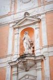 一名妇女的雕塑房子的前面的 免版税库存照片