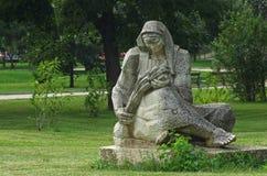 一名妇女的雕塑有一捆的麦子 库存照片