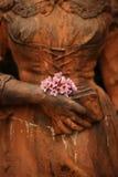 一名妇女的雕塑有花的 免版税库存照片