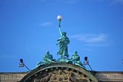 一名妇女的雕象有火炬的 免版税库存照片