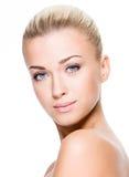 一名妇女的面孔有干净的皮肤的 库存图片