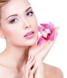 一名妇女的面孔有紫色眼睛构成和嘴唇的 免版税库存照片