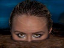 一名妇女的头在水中 免版税库存照片