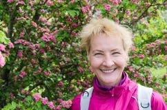一名妇女的画象一棵开花的山楂树的 免版税库存图片