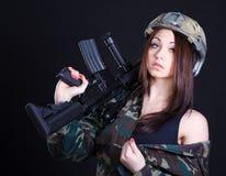 一名妇女的画象军服的有攻击步枪的 免版税库存图片