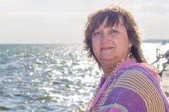 一名妇女的画象反对海的 库存照片