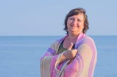 一名妇女的画象反对海的 免版税库存图片