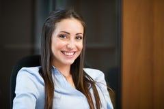 一名妇女的画象在她的办公室 库存图片