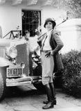 一名妇女的画象在她的汽车前面的在骑马成套装备(所有人被描述不更长生存,并且庄园不存在 补助 免版税库存照片
