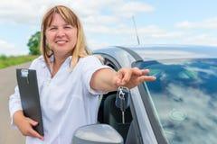 一名妇女的画象在汽车附近的 免版税库存照片