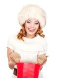 一名妇女的画象拿着袋子的冬天帽子的 库存照片