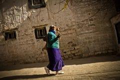 一名妇女的画象有一辆地藏车的从拉萨西藏 免版税库存照片