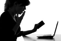 一名妇女的画象有信用卡的吓唬了看netbook显示器  免版税库存图片