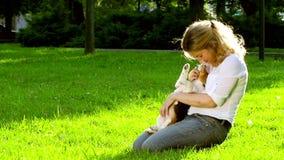一名妇女的画象有她美丽的小猎犬狗的 影视素材