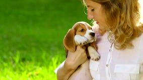一名妇女的画象有她美丽的狗的 股票视频
