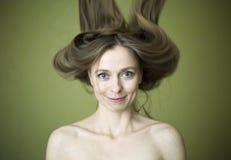 有飞行头发的妇女 库存图片