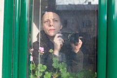 一名妇女的画象有照相机的 免版税图库摄影