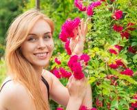 一名妇女的画象有玫瑰的 库存照片