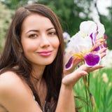 一名妇女的画象有花虹膜的 库存图片