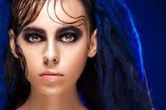 一名妇女的画象有被绘的面孔的 创造性的构成和明亮的样式 免版税库存图片