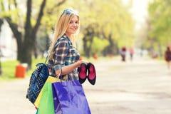 一名妇女的画象有购物袋的 图库摄影