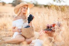 一名妇女的画象用葡萄在手上 库存照片