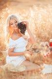 一名妇女的画象用葡萄在手上 免版税图库摄影