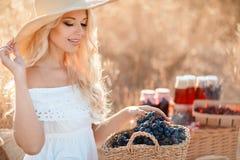 一名妇女的画象用葡萄在手上 免版税库存照片