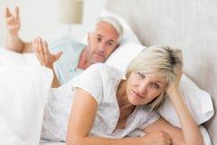 一名妇女的画象除人以外的在床上 免版税库存照片