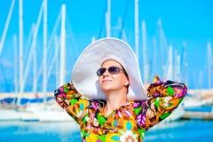 一名妇女的画象巴拿马草帽的 免版税库存照片