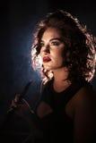 一名妇女的画象水烟筒酒吧的 穿深领口礼服的妇女 明亮的构成和好的发型 库存照片