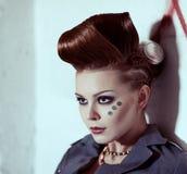 一名妇女的画象仿照废物样式的与创造性的发型 免版税库存照片