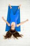 一名妇女,白色演播室的顶视图尸体姿势的 免版税库存图片