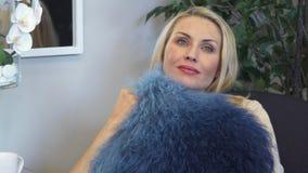 一名嫩妇女拥抱一个枕头 股票视频