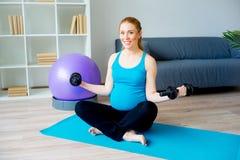 一名孕妇的体育运动 库存照片