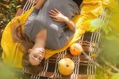 一名孕妇的画象放松在公园的第三个三个月的 免版税图库摄影