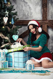 一名孕妇的画象圣诞老人礼服的 库存照片