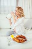 一名孕妇 牛奶 图库摄影