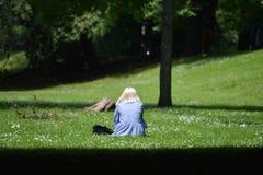 一名孤独的妇女在一个明亮和美好的晴天在索菲娅庭院加的夫 库存照片