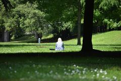 一名孤独的妇女在一个明亮和美好的晴天在索菲娅庭院加的夫 免版税库存照片